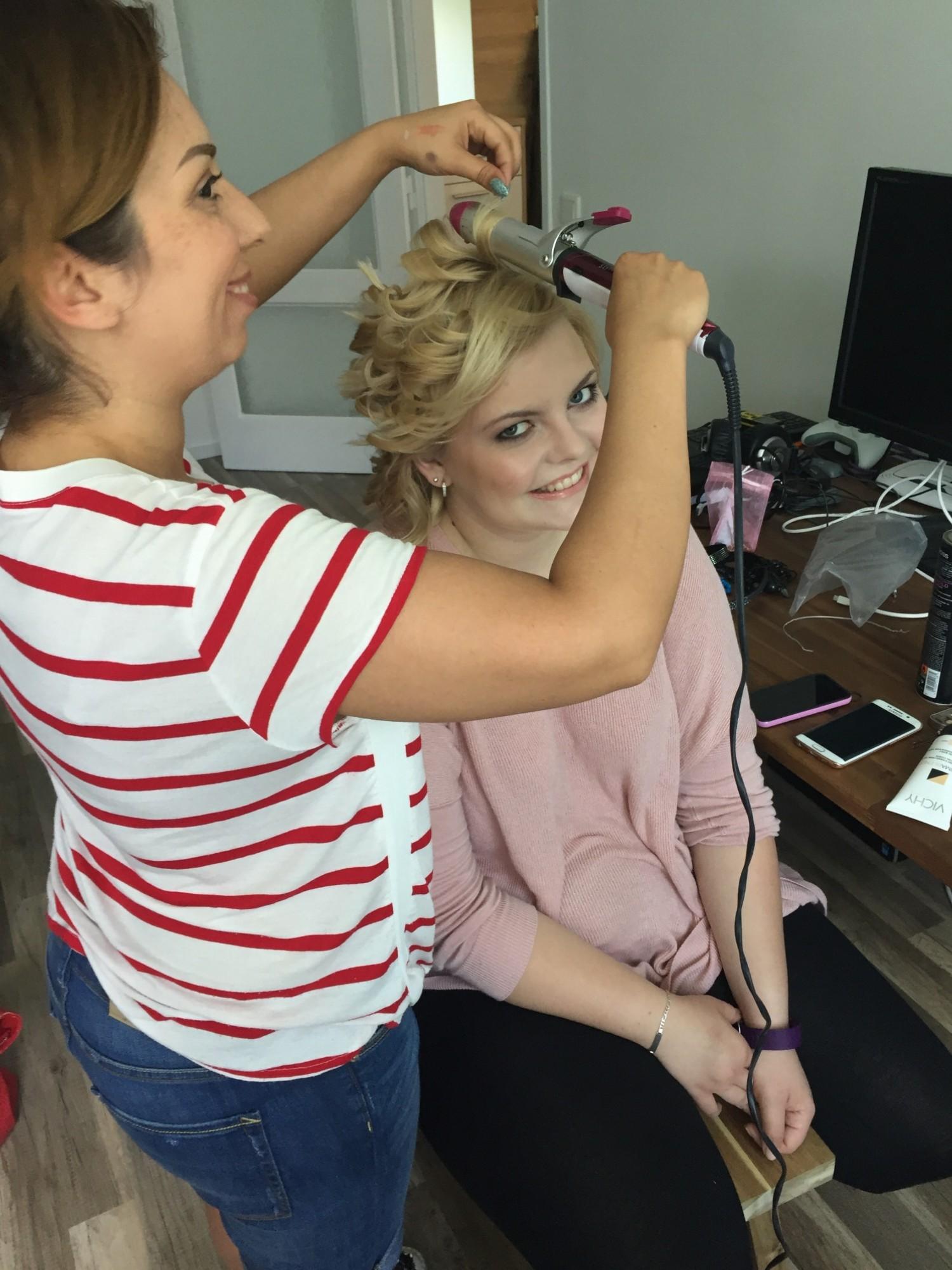 Model Stephanie Lüer bei den Vorbereitungen