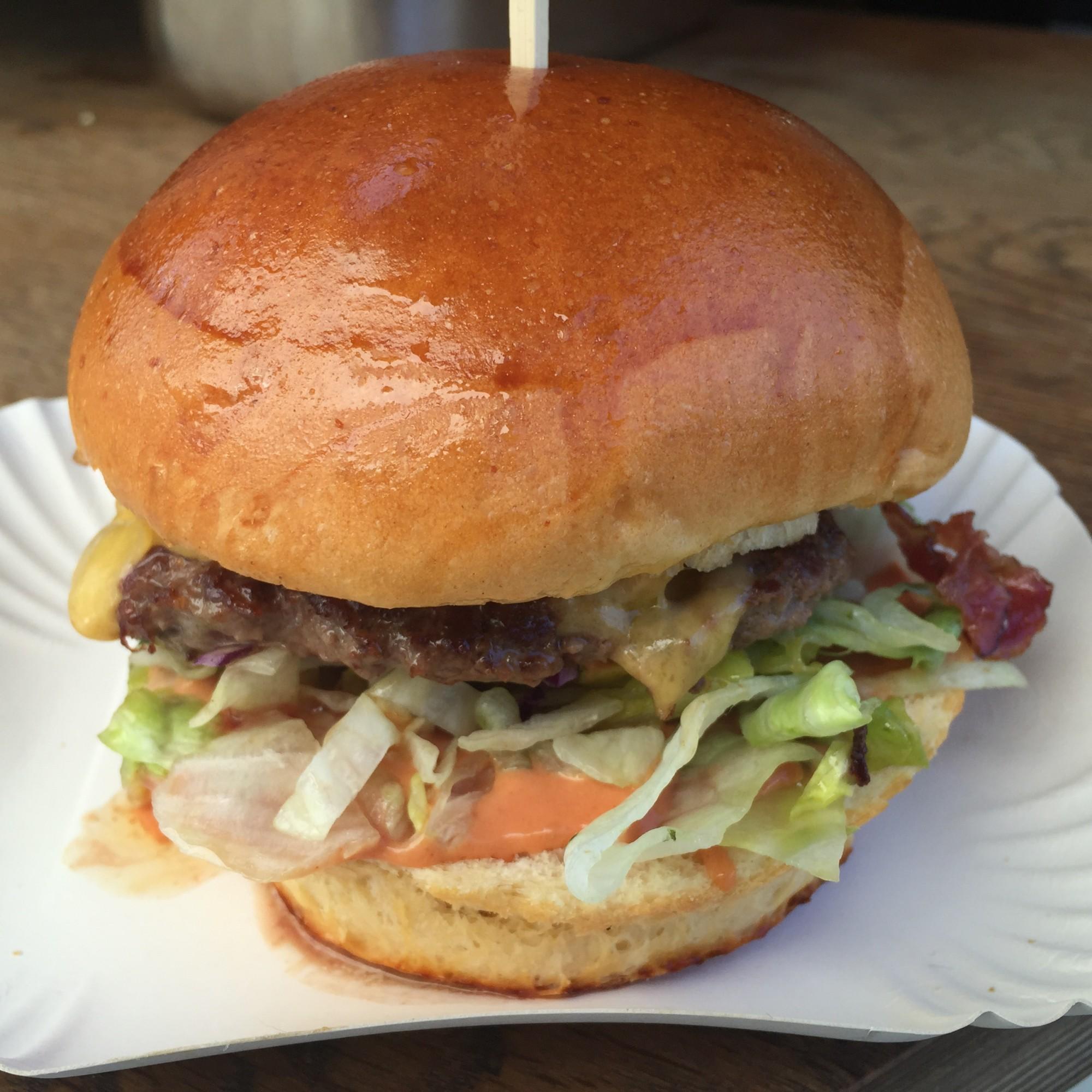 Ein saftiger Bacon & Cheeseburger von HY Kitchen