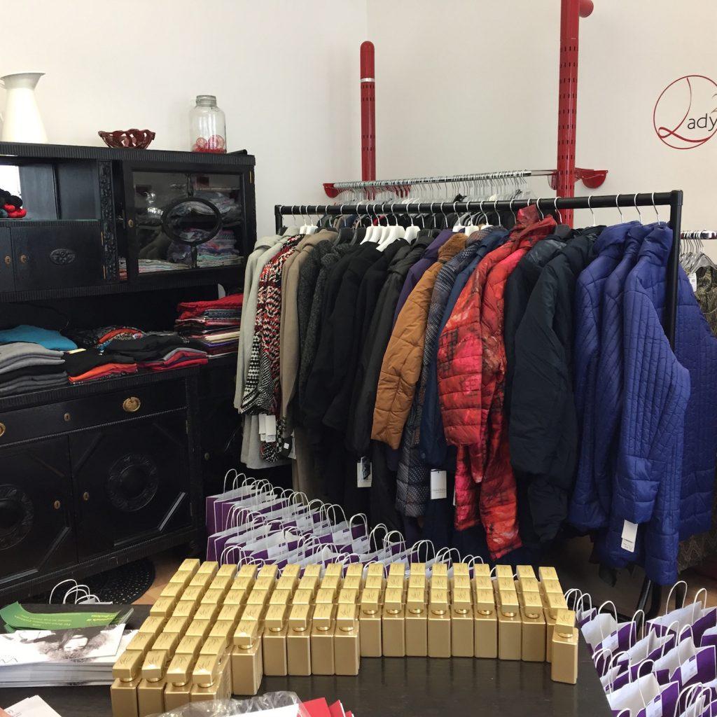 Vorbereitungen: Zusammenstellen von Goodie Bags und Jacken sortieren