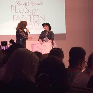 Lu bekommt ihren Award als beste Fashion Bloggerin