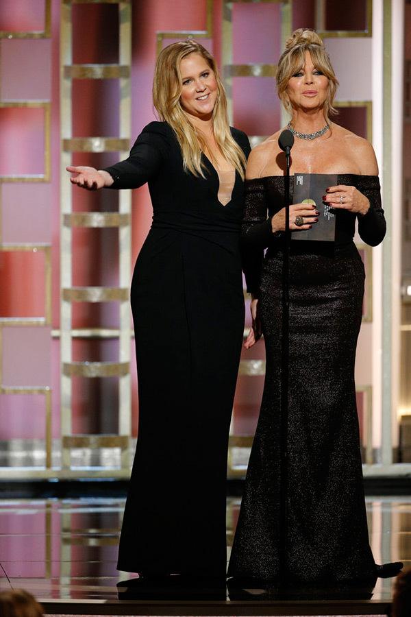 Amy Schumer neben Goldie Hawn auf der Bühne der Golden Globes. Quelle: hollywoodlife.com