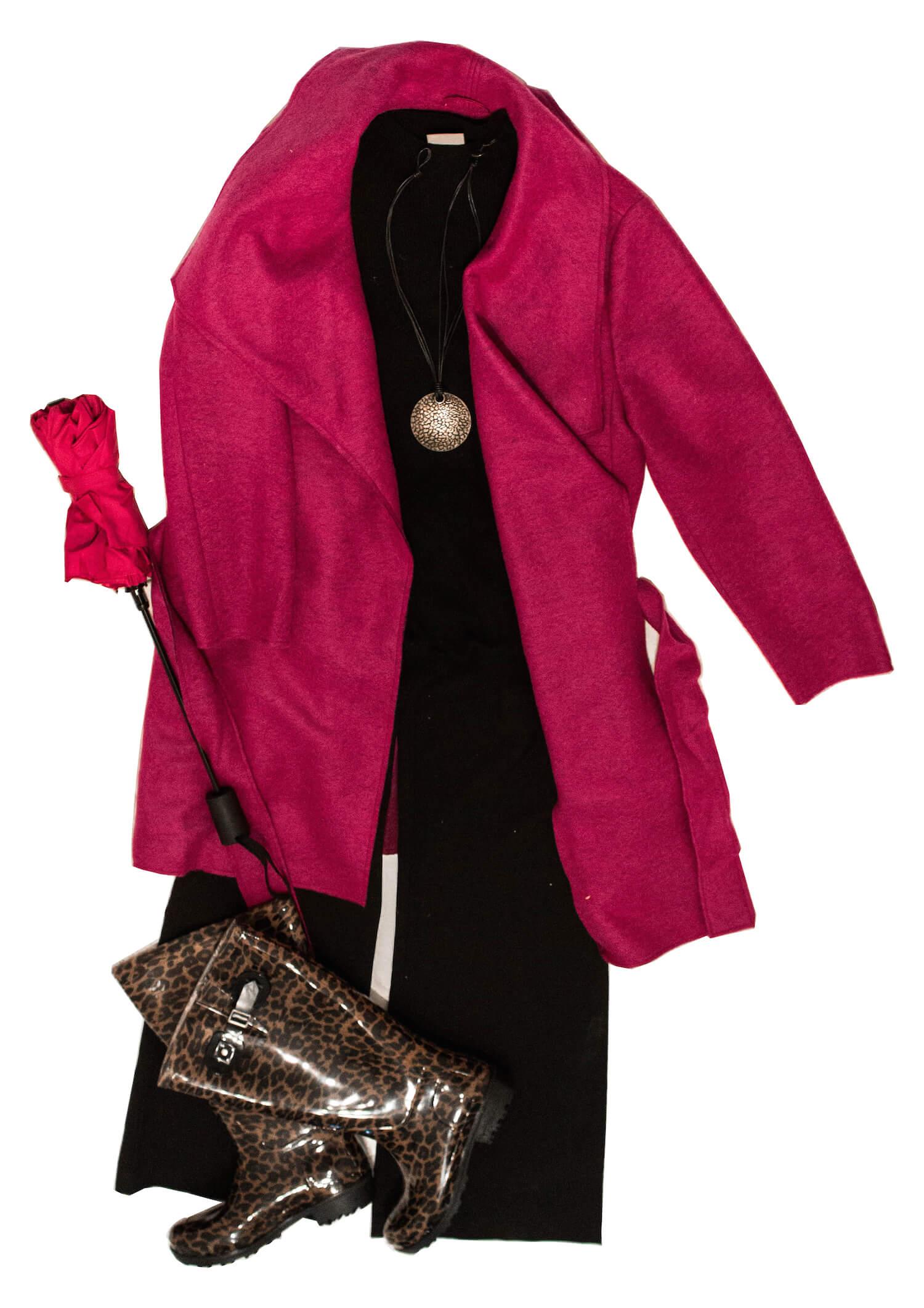Outfit Inspiration für den Herbst schwarze Culotte, schwarzes Top, fuchsig farbene Jacke und leoprint Gummistiefel