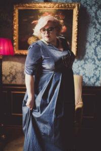 Zwischen Verzückung und Frustration_Bobby_Miriam Jezek blaues Kleid